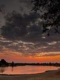 Coucher du soleil sur la rivière de Luangwa photos stock