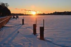 Coucher du soleil sur la rivière de Neva au remblai d'Amirauté Photos stock