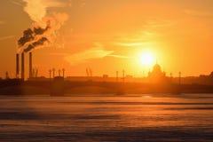 Coucher du soleil sur la rivière de Neva au remblai d'Amirauté Images libres de droits