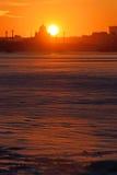 Coucher du soleil sur la rivière de Neva au remblai d'Amirauté Photographie stock libre de droits