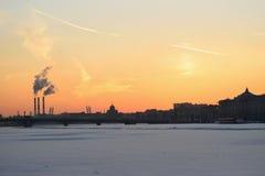 Coucher du soleil sur la rivière de Neva au remblai d'Amirauté Image stock
