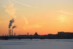 Coucher du soleil sur la rivière de Neva au remblai d'Amirauté Photo libre de droits