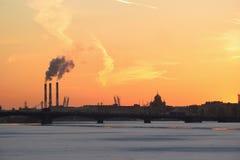 Coucher du soleil sur la rivière de Neva au remblai d'Amirauté Photos libres de droits