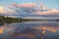 Coucher du soleil sur la rivière de Zambisi images stock