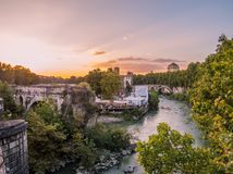 Coucher du soleil sur la rivière le Tibre à Rome Photos libres de droits