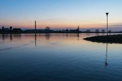 Coucher du soleil sur la rivière Nederrijn Images stock