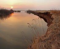 Coucher du soleil sur la rivière pendant les inondations Images stock