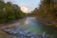 Coucher du soleil sur la rivière Sava Bohinjska près du lac Bohinj, Slovénie Images libres de droits