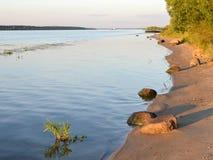 Coucher du soleil sur la rivière Volga, région de Yaroslavl Image stock