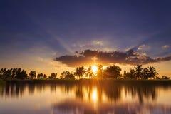 Coucher du soleil sur la rivi?re avec le beau ciel photo libre de droits