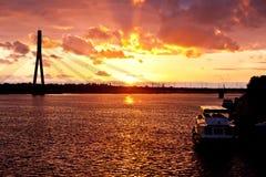 Coucher du soleil sur la rivière de ville à Riga Photos stock
