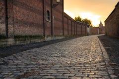 Coucher du soleil sur la rue à Bruges, Belgique Photographie stock
