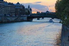 Coucher du soleil sur la Seine, Paris Photos stock