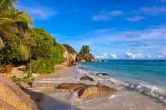 Coucher du soleil sur la source D'Argent de plage chez les Seychelles Image stock