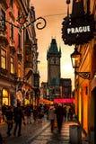 Coucher du soleil sur la tour d'église de tyn de Prague Photos libres de droits