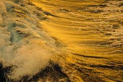 Coucher du soleil sur la vague d'un bateau Photographie stock