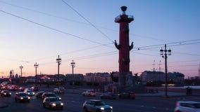 Coucher du soleil sur la vieille place de bourse des valeurs de St Petersbourg, Russie Fléau Rostral Le trafic de soirée du laps  banque de vidéos