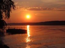 Coucher du soleil sur la Volga dans la vieille ville Plyos Images stock