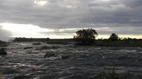 Coucher du soleil sur la Zambie d'avant de l'eau de la rivière Zambesi Photos stock
