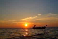 Coucher du soleil sur le bateau Photographie stock