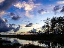 coucher du soleil sur le bayou dans les marais photographie stock