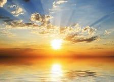 Coucher du soleil sur le bord de la mer Photographie stock libre de droits