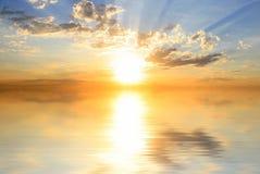 Coucher du soleil sur le bord de la mer Photo stock
