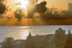 Coucher du soleil sur le bord de la mer avec des nuages Images libres de droits