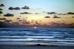 Coucher du soleil sur le bord de la mer avec des nuages Photo libre de droits