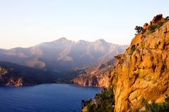 Coucher du soleil sur le bord de la mer (Corse) Photographie stock libre de droits