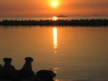Coucher du soleil sur le bord de la mer de la Roumanie Photos stock
