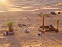 Coucher du soleil sur le camp de tente Image stock