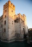 Coucher du soleil sur le château chez Sirmione Photographie stock libre de droits