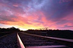 Coucher du soleil sur le chemin de fer au-dessus de la gorge de Werribee Image libre de droits