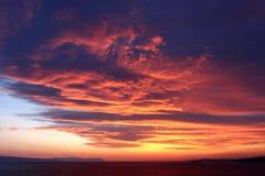 Coucher du soleil sur le ciel dans les nuages Image stock