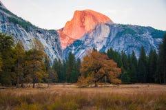 Coucher du soleil sur le demi dôme en vallée de Yosemite en automne Photos stock
