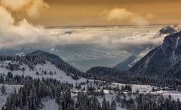 Coucher du soleil sur le dessus de montagne Image stock