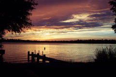 Coucher du soleil sur le fleuve Photographie stock libre de droits