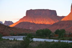 Coucher du soleil sur le fleuve Colorado, près de Moab, l'Utah Photo stock