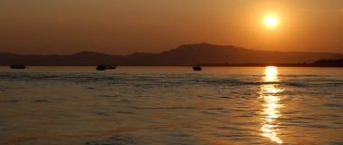 Coucher du soleil sur le fleuve d'Irawaddy Images stock