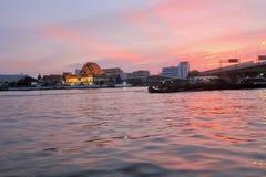 Coucher du soleil sur le fleuve de Chao Phraya Photographie stock libre de droits