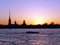 Coucher du soleil sur le fleuve de neva Images libres de droits