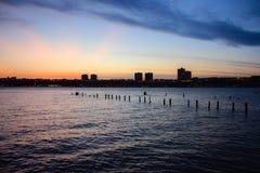 Coucher du soleil sur le fleuve Hudson avec la silhouette du New Jersey Photos stock