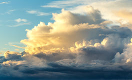 Coucher du soleil sur le fond de ciel bleu photo stock