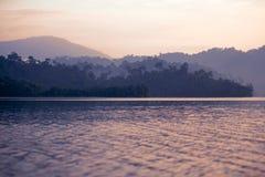 Coucher du soleil sur le fond de lac de forêt Image stock