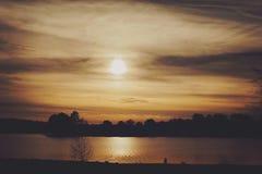 Coucher du soleil sur le lac image libre de droits