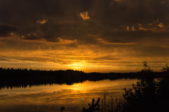 Coucher du soleil sur le lac Photographie stock libre de droits