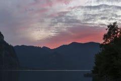 Coucher du soleil sur le lac alpin Mondsee, Autriche Photos libres de droits