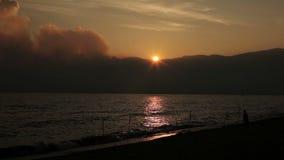 Coucher du soleil sur le lac Baïkal banque de vidéos