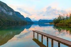 Coucher du soleil sur le lac Bohinj, Slovénie Photo stock